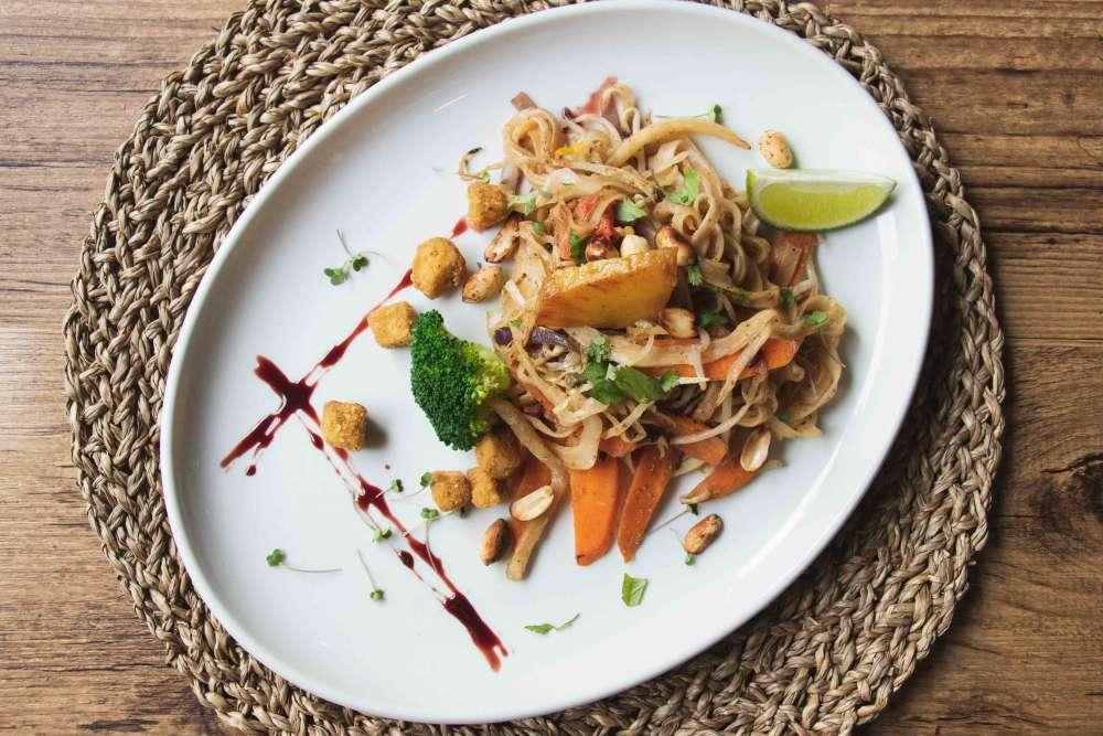 pad-thai-vegano-sin-gluten-con-fideos-de-arroz-falso-guevo--con-harina-de-garbanzos-y-piña-caramelizada